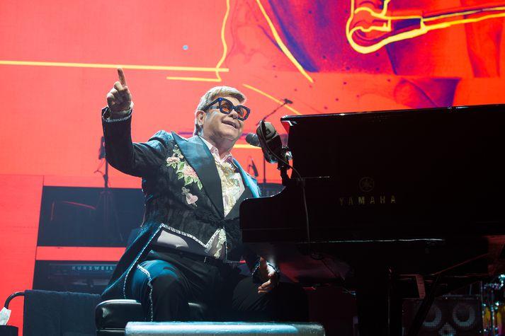 Elton John við píanóið í París.