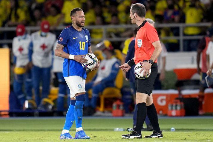 Neymar var væntanlega ekki að leggja hér til að hann þyrfti annan bolta en þessi mynd er tekin eftir markalausa jafnteflið á móti Kólumbíu.