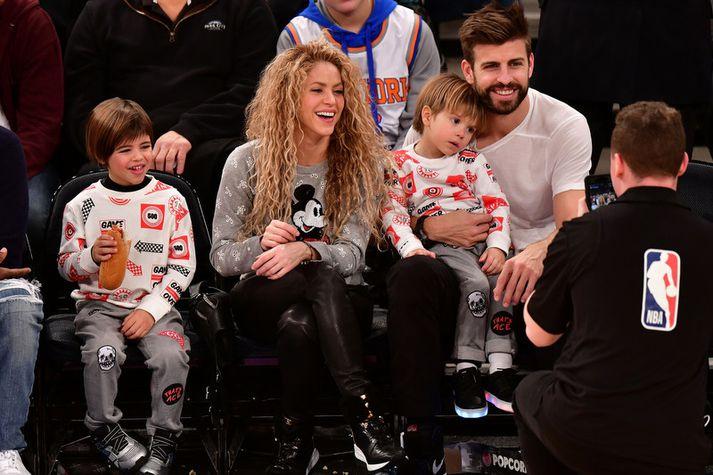 Gerard Pique, Shakira og strákarnir þeirra á körfuboltaleik.