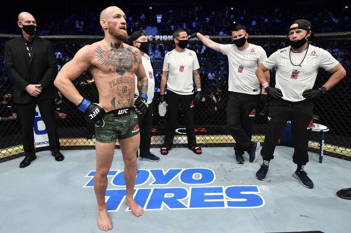 Conor McGregor sést hér eftir tapið á móti Dustin Poirier en hægri leggurinn hans átti eftir að bólgna miklu miklu meira á næstu klukkutímunum á eftir.