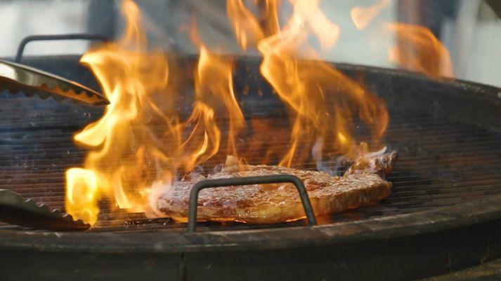 Hin eini sanni BBQ kóngur sýnir hvernig framreiða á dýrindis forrétt úr einni dýrustu steik sem völ er á. Wagyu A5.