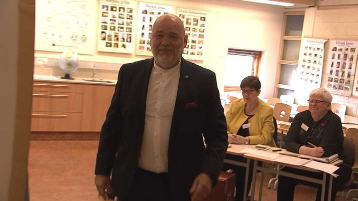 Logi Einarsson, formaður Samfylkingarinnar, á kjörstað á Akureyri.