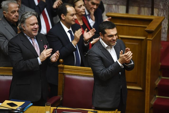 Alexis Tsipras, forsætisráðherra Grikklands, fagnaði niðurstöðunni í þingsal í dag.
