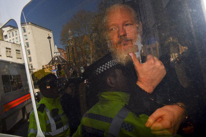Julian Assange var borinn út úr sendiráði Ekvador í London fyrir helgi. Hann hefur verið ákærður fyrir meinta netglæpi.