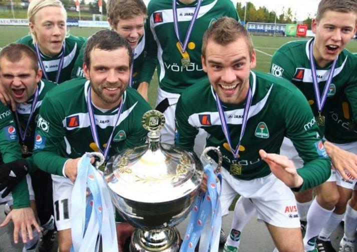 Olgeir Sigurgeirsson og Kári Ársælsson búa sig undir að lyfta Íslandsmeistarabikarnum.