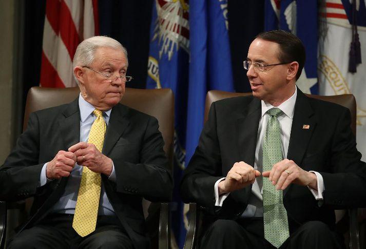 Sessions (t.v.) og Rosenstein (t.h.) hafa báðir mátt þola persónulega gagnrýni Trump undanfarna mánuði. Þó tilnefndi Trump þá báða til embætta sinna.