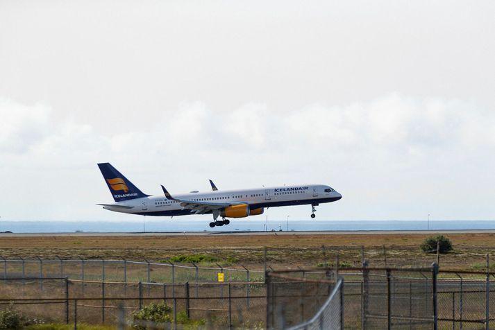 Fyrstu Boeing 757 þotunni var flogið frá Keflavíkurflugvelli nú fyrir hádegi vestur til Bandaríkjanna þar sem hún verður rifin.