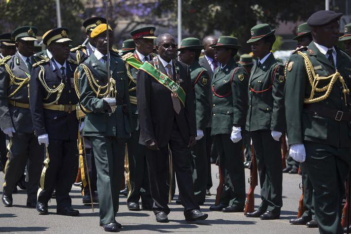 Robert Mugabe, forseti Simbabve, ásamt lífvarðasveit sinni.