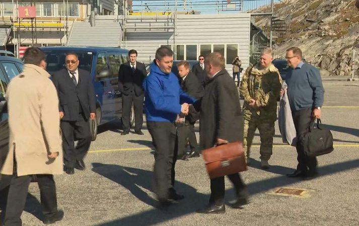 Kim Kielsen tók á móti Lars Løkke Rasmussen á flugvellinum í Nuuk síðastliðið haust þegar forsætisráðherra Danmerkur kom til að undirrita flugvallasamninginn.