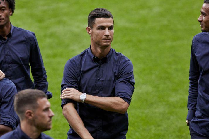 Cristiano Ronaldo skoðar leikvanginn hjá Atletico Madrid í gær fyrir leik liðanna í Meistaradeildinni í kvöld.
