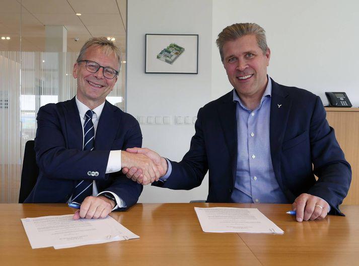 Jón Atli Benediktsson og Bjarni Benediktsson við undirritun stofnsamnings um nýtt fasteignafélag.