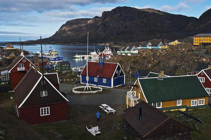 Eldurinn logar á milli þorpsins Sisimiut og Kangerlussuaq á Vestur-Grænlandi.