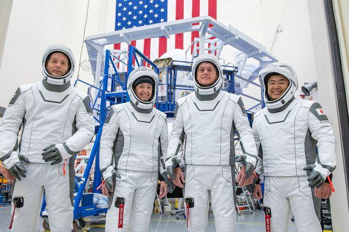 Hér má sjá þau Thomas Pesquet, Megan McArthur, Shane Kimbrough og Akihiko Hoshide í búningum SpaceX, sem þau munu klæðast við geimskotið á fimmtudaginn.