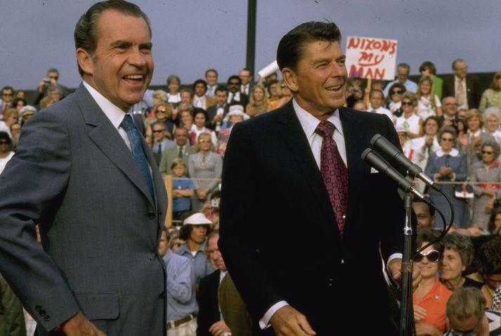 Nixon (t.v.) og Reagan (t.h.) saman á kosningafundi. Sá fyrrnefndi var forseti til 1974 þegar hann sagði af sér vegna Watergate-hneykslisins. Reagan varð forseti árið 1981.