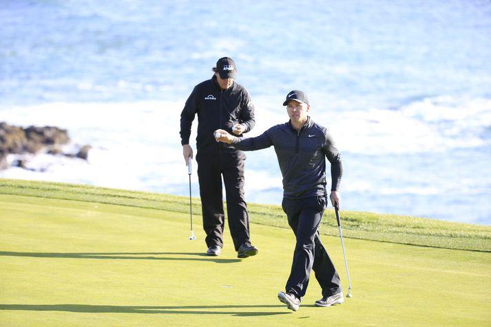 Casey og Mickelson á Pebble Beach í gær.