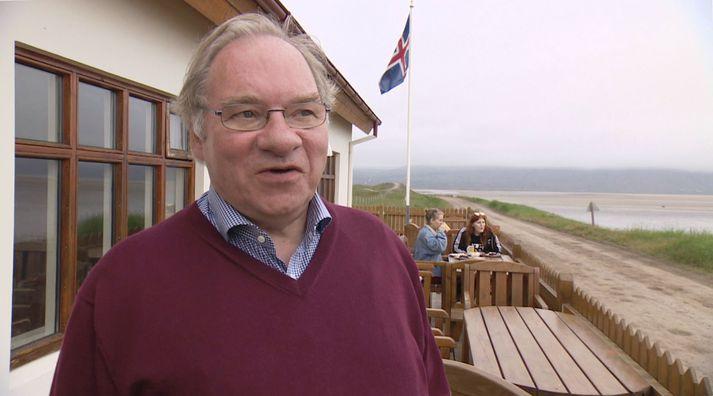 Kjartan Gunnarsson á verönd Franska kaffihússins, sem þau Sigríður Snævarr eiga á Rauðasandi.