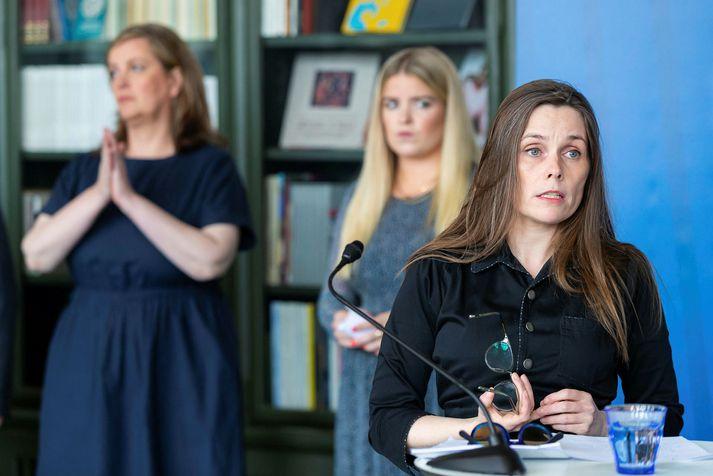 Katrín Jakobsdóttir forsætisráðherra sést hér í forgrunni. Fyrir aftan hana standa Svandís Svavarsdóttir og Áslaug Arna Sigurbjörnsdóttir.