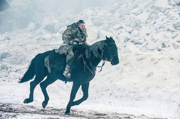 Kit Harrington í hlutverki Jon Snow í Game of Thrones. Tökur á sjöundu seríu fóru meðal annars fram hér á landi, þar á meðal í og við Stakkholtsgjá í Þórsmörk.