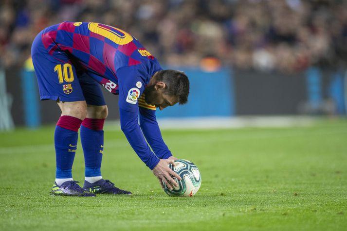 Lionel Messi stillir boltanum upp fyrir eina af aukaspyrnum sínum á leiktíðinni.
