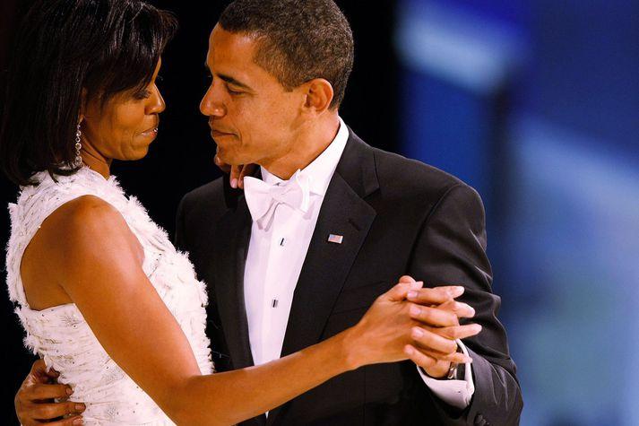 Barack og Michelle Obama en sá fyrrnefndi er þarna í einhneppuhyrnda smókingnum sínum.