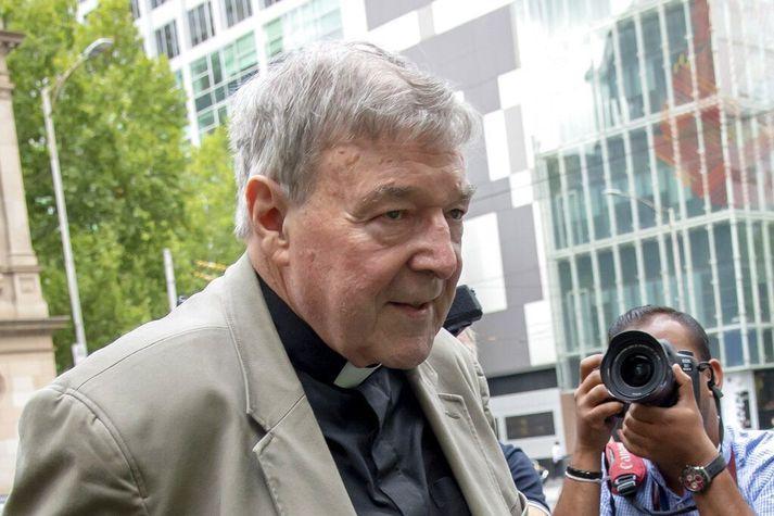 George Pell fyrir utan dómshús í Melbourne fyrr á árinu.