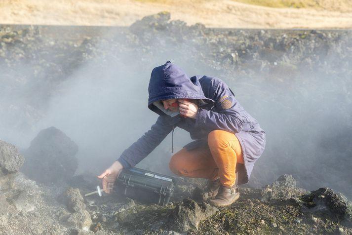 Vísindamenn voru við mælingar á Reykjanesi á miðvikudag.