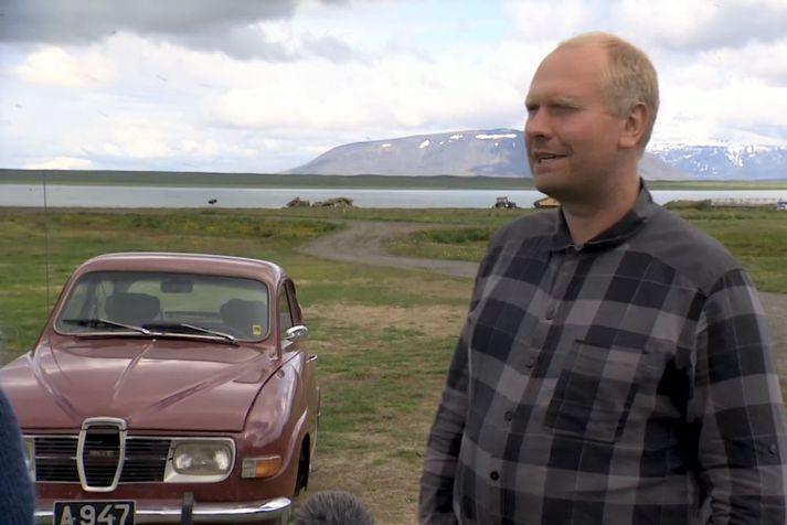 Bóndinn og vélvirkinn í Svartárkoti, Hlini Jón Gíslason, við fyrsta bílinn sem hann eignaðist, Saab 96, árgerð 1974.