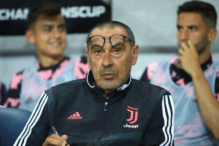 Sarri með skrifblokkina á lofti í leik Juventus á undirbúningstímabilinu. Hann verður ekki á bekknum í fyrstu tveimur leikjum liðsins.