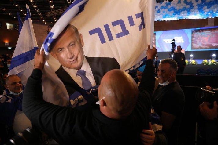 Samkvæmt útgönguspám eru líkur á að Netanyahu hafi tryggt sér sjötta kjörtímabilið í embætti.