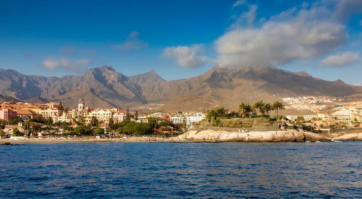 Borgin Adeje á suðvestur hluta Tenerife. Fjöllin þar sem drengurinn fannst sjást í bakgrunni.