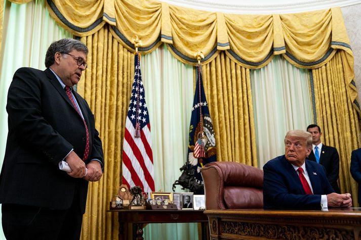 William Barr og Donald Trump. Barr tók við embætti dómsmálaráðherra eftir að Trump rak Jeff Sessions fyrir það að segja sig frá Rússarannsókninni svokölluð.