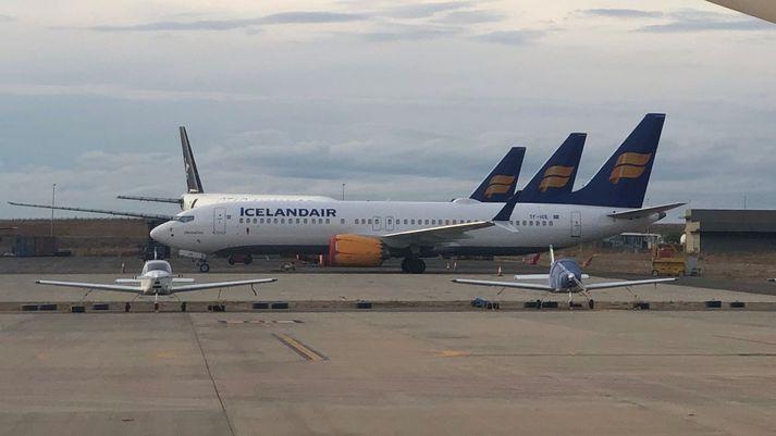 Þrjár af fjórum Boeing MAX-þotum Icelandair saman á flugvellinum á Spáni.