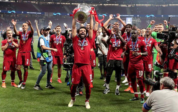 Mohamed Salah með Meistaradeildarbikarinn.