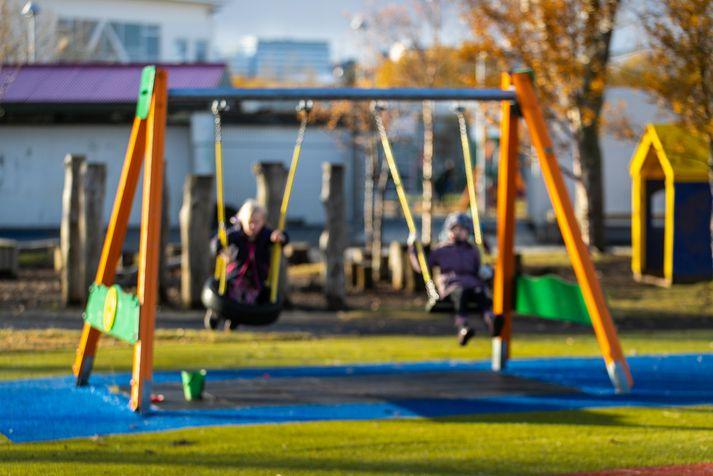 Almenn leikskólagjöld fyrir 8 tíma vistun með fæði eru hæst í Garðabæ en lægst í Reykjavík og munar þar tæplega 14.000 krónum á mánuði eða 53%.
