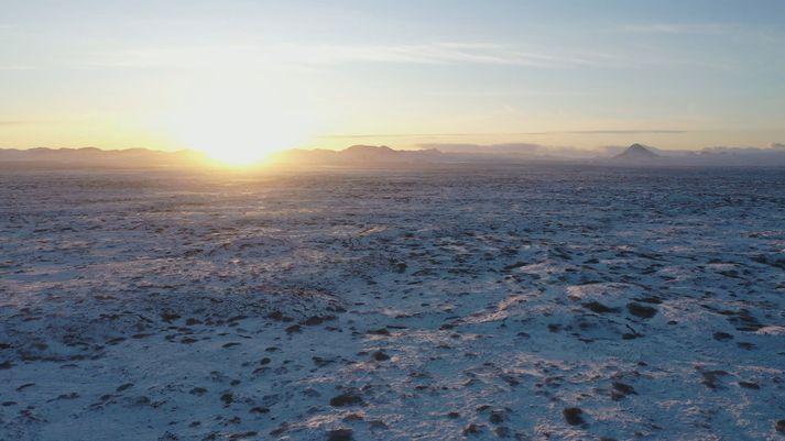 Reykvískir frístundabændur keyptu 2.000 hektara land í Hvassahrauni fyrir 62 árum til að tryggja sér beitiland fyrir kindur. Landið er milli Reykjanesbrautar og fjallgarðsins.
