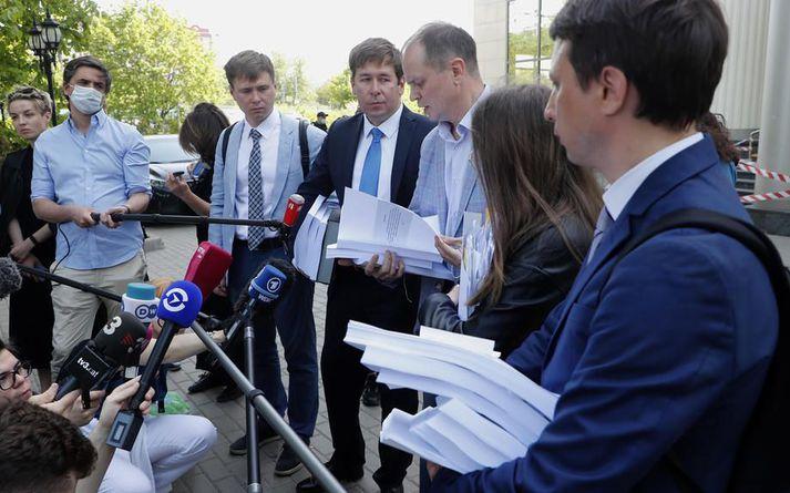 Lögmenn Navalní með gögnin sem saksóknari lagði fram fyrir utan dómshús í Moskvu í morgun.