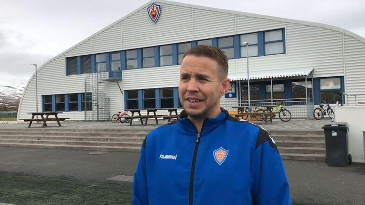 Jónatan Magnússon léttur í bragði fyrir utan KA-heimilið.