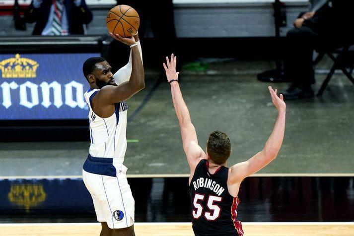Tim Hardaway Jr. skorar hér einn af tíu þristum sínum í leiknum á móti Miami Heat.
