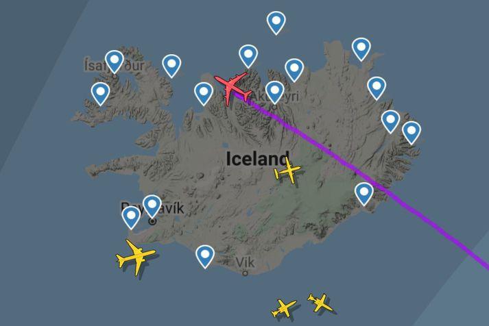 SAS-þotan Astrid Viking yfir Hofsósi laust fyrir klukkan níu í morgun á ratsjárvefnum Flightradar24. Yfir Trölladyngju norðan Vatnajökuls má sjá Egilsstaðaflug Air Iceland Connect.