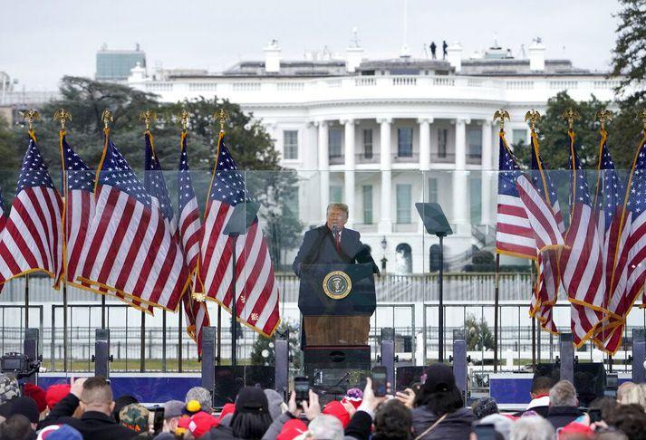 Trump ávarpar stuðningsmenn sína dagin örlagaríka 6. janúar. Stór hluti mannfjöldans hélt síðan að þinghúsinu, réðst á lögreglumenn og braut sér leið inn í bygginguna.