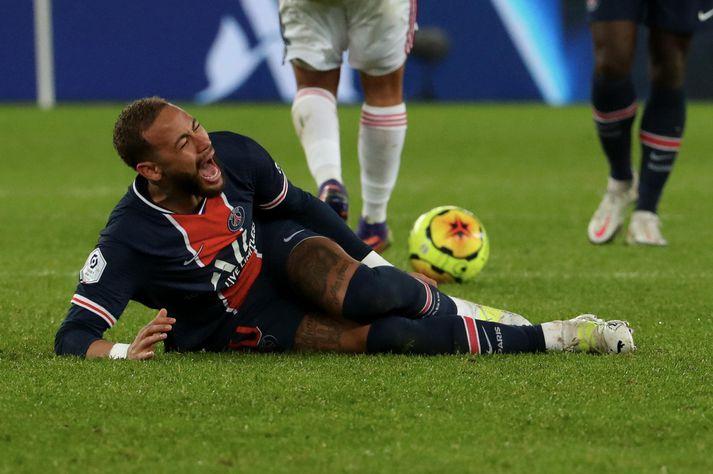 Neymar meiddist illa í leik Paris Saint-Germain og Lyon í gær.