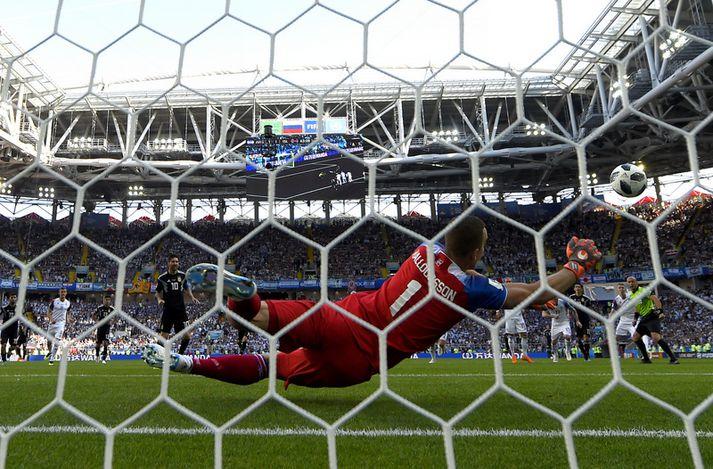 Hannes ver vítið frá Lionel Messi.