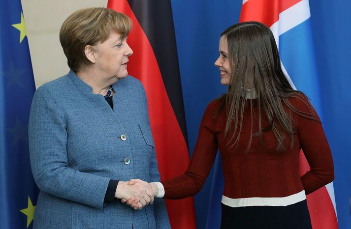 Katrín og Merkel héldu stuttan blaðamannafund áður en þær héldu til fundar.