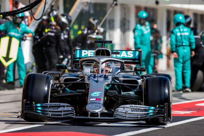Ákvörðunin Mercedes að láta Hamilton stoppa tvisvar tryggði þeim sigurinn um helgina.