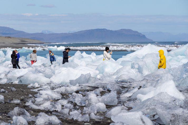 Ferðamenn við Jökulsárlón fyrr í sumar en lónið er einn vinsælasti ferðamannastaður landsins.