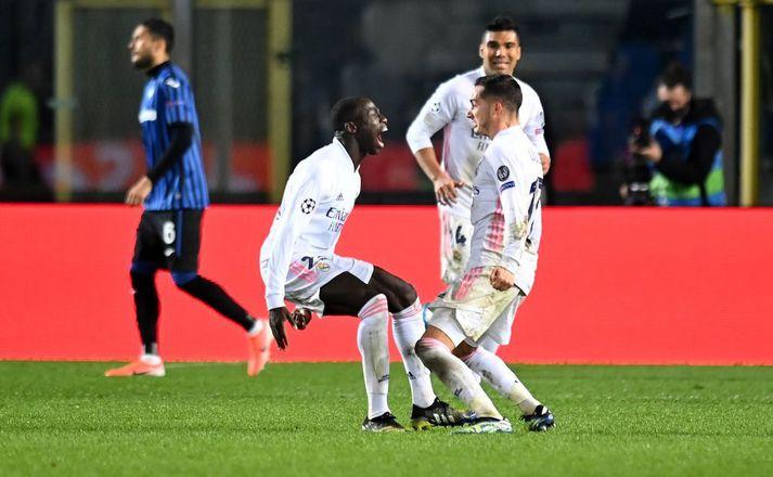 Ferland Mendy fagnar með Lucas Vazquez eftir markið mikilvæga gegn Atalanta í gærkvöld.