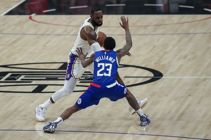 Williams í baráttunni við LeBron James, leikmann Los Angeles Lakers. Williams mun missa af næsta leik Clippers gegn Lakers.
