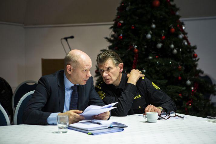 Karl Steinar Valsson og Grímur Grímsson báru saman bækur sínar áður en blaðamannafundurinn hófst í gær.