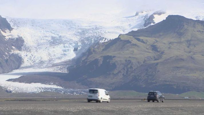 Horft til Svínafellsjökuls, eins af skriðjöklum Öræfajökuls, sem er syðsti hluti Vatnajökuls.