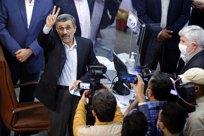 Ahmadinejad þegar hann skráði framboð sitt í dag. Hæfnisnefnd stjórnvalda hafnaði framboði hans árið 2017.